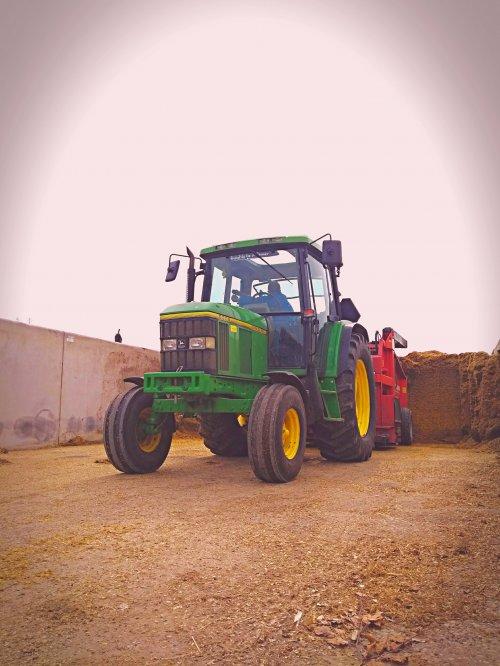 Foto van een John Deere 6200 aan het voer laden. Geplaatst door John deere 6100rc op 29-08-2018 om 18:39:19, op TractorFan.nl - de nummer 1 tractor foto website.