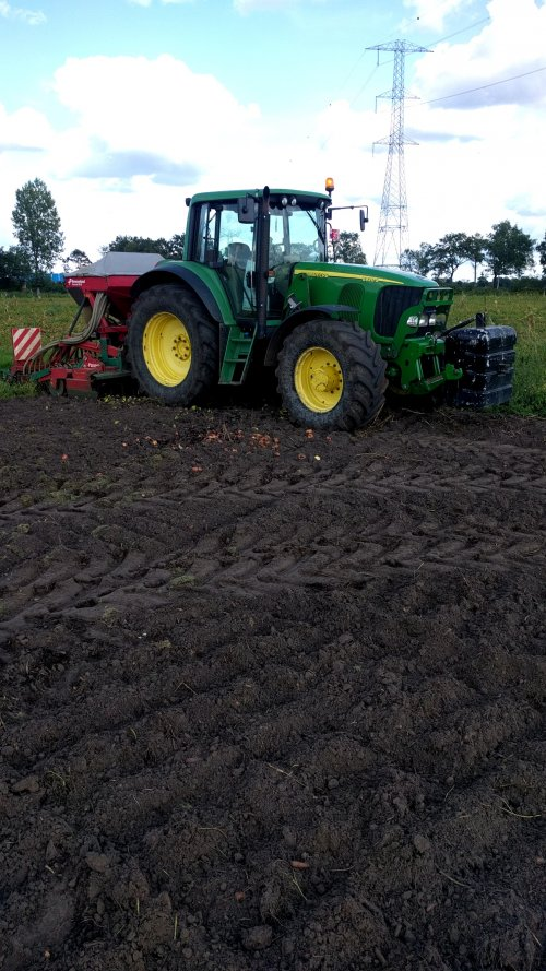Foto van een John Deere 6920 S met kverneland rotorkopeg en zaaiopbouw. Bladrammenas zaaien waar de wortelen en ajuinen stonden.