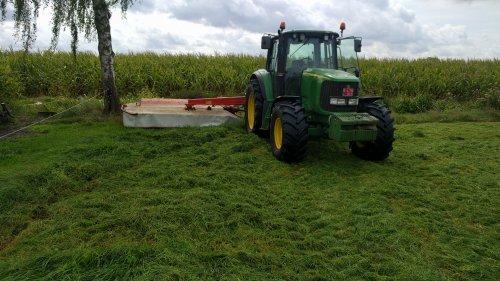 4e snede afmaaien met de John Deere 6620. Geplaatst door eicher4048driver op 13-09-2018 om 19:48:39, op TractorFan.nl - de nummer 1 tractor foto website.