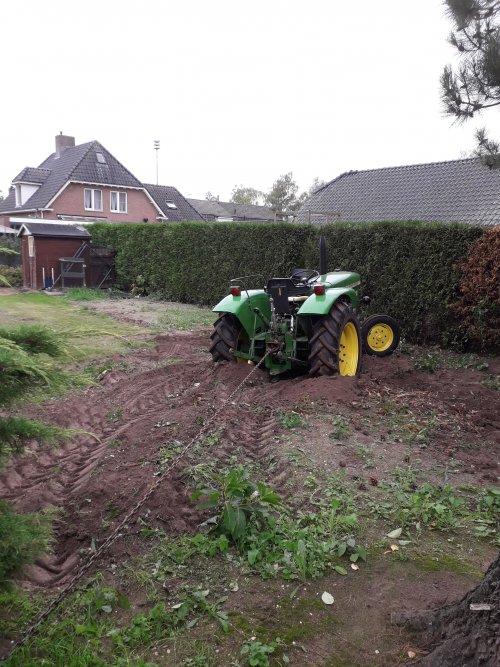 bezig met struiken uittrekken. Geplaatst door JD-4450 op 22-09-2018 om 19:32:59, op TractorFan.nl - de nummer 1 tractor foto website.