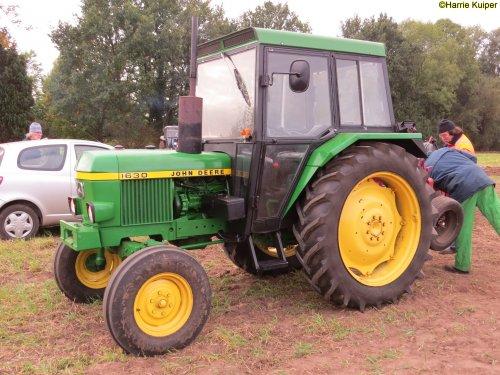 Foto van een John Deere 1630  , ploegen op 29-09-2018 in Vlagtwedde. Organisator stichting Bovem. Geplaatst door oldtimergek op 07-10-2018 om 00:13:10, op TractorFan.nl - de nummer 1 tractor foto website.