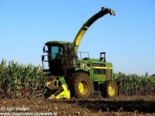 Foto van een John Deere 6750, Loonbedrijf Molenaar uit Lunteren aan het mais hakselen. ZIE OOK DE VIDEO  https://youtu.be/UcD28LHjomU