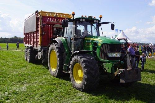Foto van een John Deere 7530 Premium. Geplaatst door jans-eising op 09-11-2018 om 19:14:30, op TractorFan.nl - de nummer 1 tractor foto website.