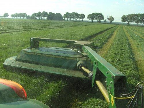 Foto van een John Deere 1365, bezig met gras maaien.. Geplaatst door SkarphofJDFan op 12-05-2008 om 21:15:19, op TractorFan.nl - de nummer 1 tractor foto website.