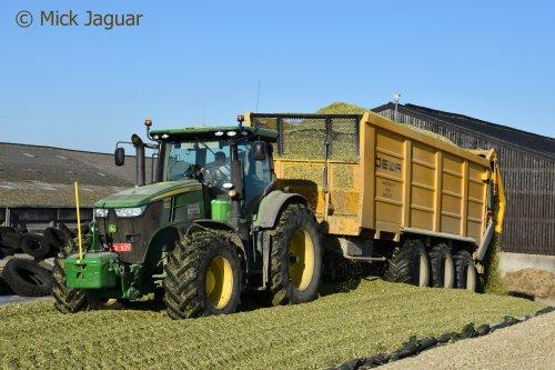 John Deere 7280R met DEWA 3-asser silagewagen 50 kuub, Landbouwwerken Segaert uit Snellegem.. Geplaatst door Mick Jaguar op 23-11-2018 om 12:34:21, op TractorFan.nl - de nummer 1 tractor foto website.