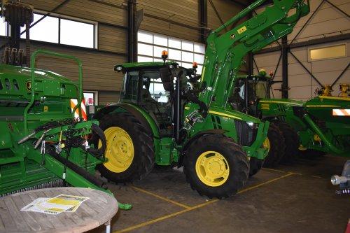 Foto van een John Deere 5100R. Geplaatst door jordi 1455 op 10-12-2018 om 20:16:43, op TractorFan.nl - de nummer 1 tractor foto website.