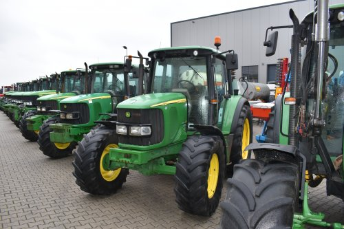 Foto van een John Deere 6120. Geplaatst door jordi 1455 op 18-12-2018 om 23:04:32, op TractorFan.nl - de nummer 1 tractor foto website.