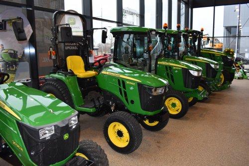 Foto van een John Deere Onbekend 3038E. Geplaatst door jordi 1455 op 18-12-2018 om 23:04:35, op TractorFan.nl - de nummer 1 tractor foto website.