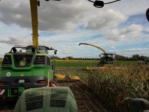 Demo John Deere 9700 vs 8600 Landbouwwerken Segaert Snellegem - België. Geplaatst door 967BJW op 23-12-2018 om 14:00:07, op TractorFan.nl - de nummer 1 tractor foto website.