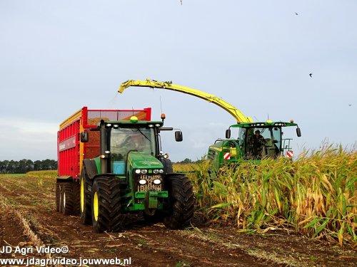 Foto van een John Deere  , loonbedrijf Vroege uit Dalen aan het mais hakselen. ZIE OOK DE VIDEO  https://youtu.be/sRlpa0qTki4