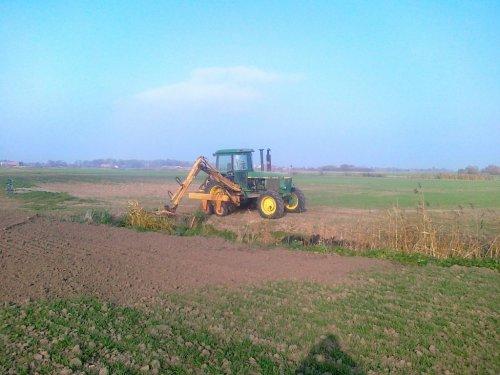Foto van een John Deere 4440, bezig met sloten schoonmaken in de poolse Weichsel-delta, 2011.. Geplaatst door ronald73 op 21-01-2019 om 14:22:02, op TractorFan.nl - de nummer 1 tractor foto website.