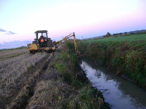 Foto van een John Deere 4440, bezig met sloten schoonmaken in de poolse Weichsel-delta, 2013.. Geplaatst door ronald73 op 21-01-2019 om 14:22:04, met 34 reacties.