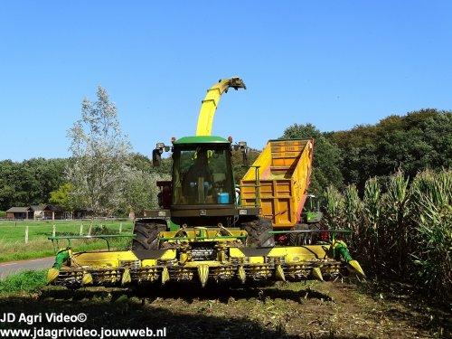 Foto van een John Deere 6850 , loonbedrijf P van den Hardenberg uit Elspeet aan het mais hakselen. ZIE OOK DE VIDEO https://youtu.be/7P0z55ieoYo