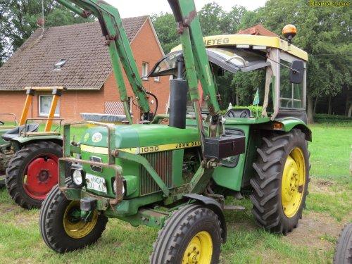 Foto van een John Deere 1030  , oldtimerdag Itterbeck 2018. Geplaatst door oldtimergek op 01-02-2019 om 00:18:46, op TractorFan.nl - de nummer 1 tractor foto website.