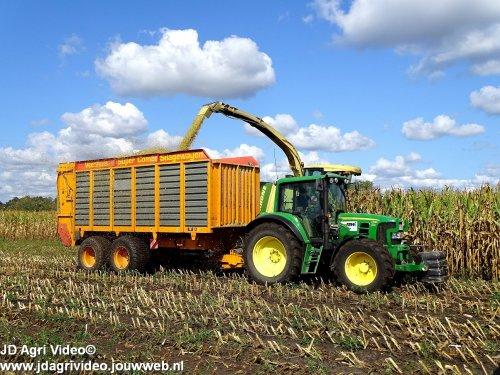 Foto van een John Deere 6430 Premium, Lohnunternehmen ASW-Ochtrup (Agrar-Service Wessendrof) (D) aan het mais hakselen. ZIE OOK DE VIDEO https://www.youtube.com/watch?v=bCQTh6u5GQg