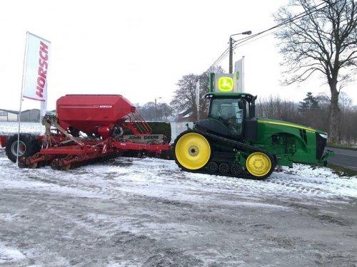 Foto van een John Deere 8370RT met Horsch. Opendeurdag JD Dealer Bauche jan '19.. Geplaatst door StijnTheDeereDriver op 03-02-2019 om 21:41:48, op TractorFan.nl - de nummer 1 tractor foto website.