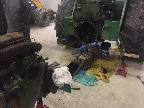 Foto van een John Deere 1030, bezig met onderhoud.. Geplaatst door joozt op 06-02-2019 om 15:40:51, op TractorFan.nl - de nummer 1 tractor foto website.