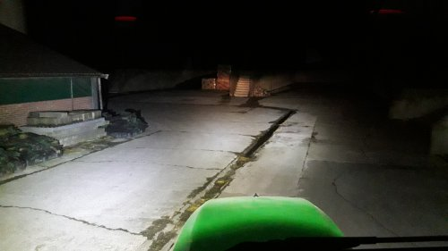 Foto van een John Deere 5720, Nieuwe ledverlichting op de trekker gezet. Rechts zat er nog een stekker los, die mist nog op deze foto.  Voorop ''licht'' 2x30Watt + 2x15Watt Achterop de trekker 2x50Watt + 2x10Watt (Gemeten wattage) De advertentie's komt bij geen enkele lamp overeen met de daadwerkelijke waarden.