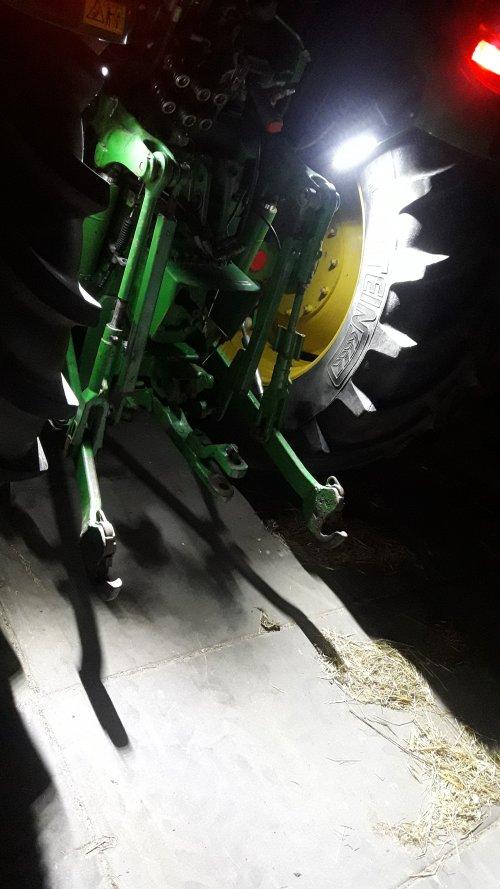 Foto van een John Deere 5720.  Verlichting specifiek voor de hef en invoer van de opraapwagen. 2x10Watt LED