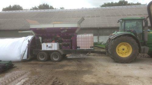 Foto van een John Deere 8430, aan het pletten en aanzuren van gerst. We hebben elk jaar ongeveer 20 ha gerst, goed voor 1,5 kg per koe per dag.