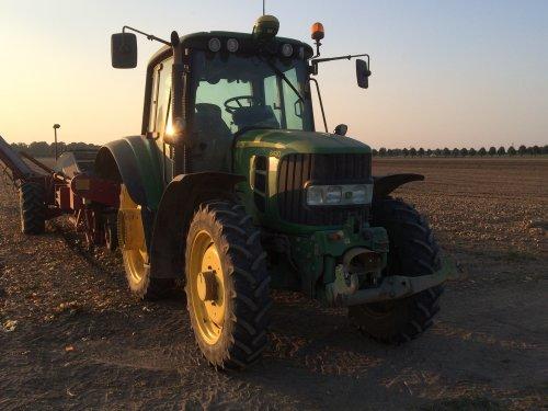 Foto van een John Deere 6430. Geplaatst door thea-meijer0 op 15-03-2019 om 19:19:57, op TractorFan.nl - de nummer 1 tractor foto website.