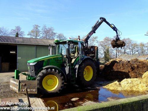 Foto van een John Deere 7260R, loonbedrijf K Mulder uit putten aan het mest laden en strooien in Uddel ZIE OOK DE VIDEO  https://youtu.be/TgyXzl2nfMI