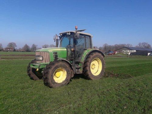 Foto van een John Deere 6430 Premium even het gras slepen vanmiddag. Geplaatst door johndeere6910forever op 22-03-2019 om 21:18:24, met 3 reacties.