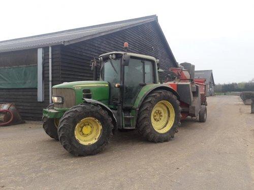 Foto van een John Deere 6430 instrooien vandaag. Geplaatst door johndeere6910forever op 23-03-2019 om 19:39:44, op TractorFan.nl - de nummer 1 tractor foto website.