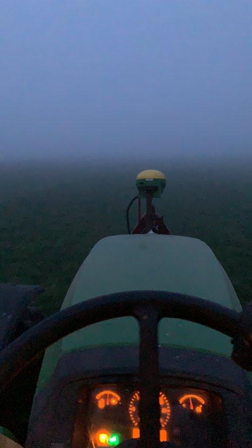 Foto van een John Deere 5095M. Bezig met kunstmeststrooien Voor het eerst met deze trekker met GPS gereden.