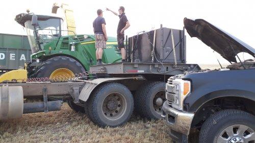 Foto van een John Deere 8600. Even de dieseltank vullen met wat stroom van de auto. De verplaatsbare dieseltank staat meestal op een andere truck maar moest nu even op de dieplader mee.