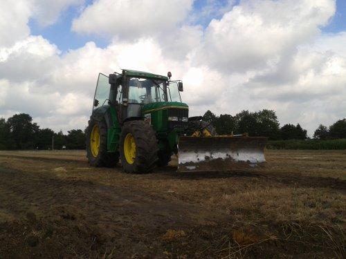 Hier zie je Loon, grondverzet en drainage bedrijf Kuipers met een John Deere 6900 met met drainage sleuven dicht schuiven.
