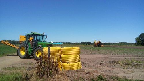 Hier zie je loon, grondverzet en drainage bedrijf Kuipers met een John Deere 6900 aan het wachten voor het aanleggen van de volgende drainage.