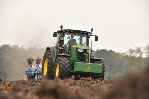 Foto van een John Deere 6190R. Geplaatst door jd7920 op 18-04-2019 om 23:32:51, op TractorFan.nl - de nummer 1 tractor foto website.