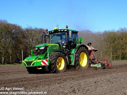 Foto van een John Deere 6130R, akkerbouwbedrijf Versteeg uit Uddel aan het tarwe zaaien. ZIE OOK DE VIDEO  https://youtu.be/1N-tPGeGSa4