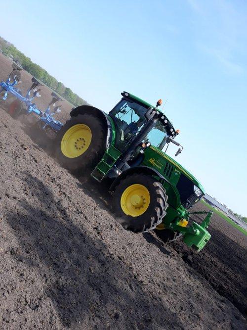 Foto van een John Deere 6190R. Geplaatst door Bert1980 op 25-04-2019 om 13:23:57, op TractorFan.nl - de nummer 1 tractor foto website.
