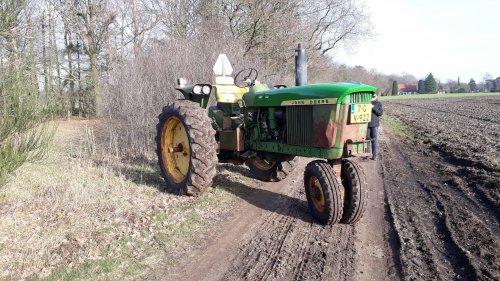 In het voorjaarszonnetje. Geplaatst door JD3010RC op 26-04-2019 om 19:16:47, op TractorFan.nl - de nummer 1 tractor foto website.
