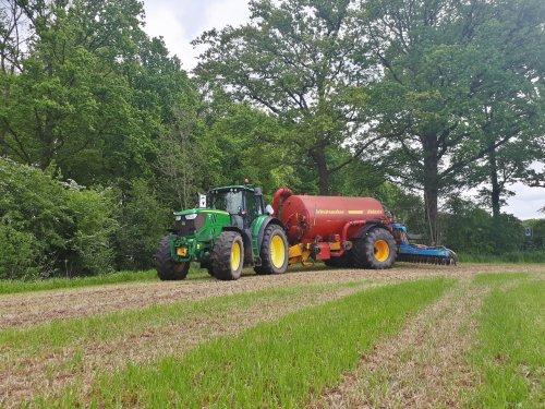 Foto van een John Deere 6170M, bouwland bemesten op het italiaans raaigras wat als nagewas van de mais vorig jaar was gezaaid.   Wel apart hoe sommige zoveel rommel/ kuilgras in de put kunnen krijgen...