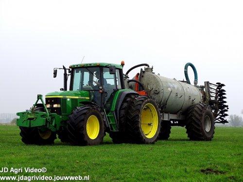 Foto van een John Deere 6810, melkveebedrijf Dominé uit Staphorst aan het mest injecteren. ZIE OOK DE VIDEO  https://youtu.be/SvNrsZjX_zo