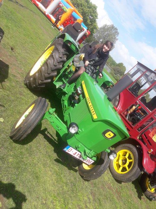 Foto van een John Deere 920 vandaag op de vintage dag in wachtebeke.ik stond met de eigenaar van deze tractor te babbelen toen er een koppeltje passeerde waarvan het meisje zei dat ze nog nooit op een tractor had gezeten.dus ik zei,klim er snel op,daar wordt de foto mooier van.😁