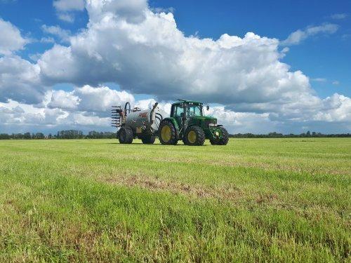 Foto van een John Deere 6230, zaterdag de putten weer leeggereden op 4 bunder nieuw maisland en 4 bunder grasland, komen we nog een beetje mest te kort voor de overige 20 bunder wat gemaaid is 😅