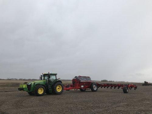 Foto van een John Deere 8295R met horsch maestro 24-30, wachten op beter weer. Geplaatst door catfan55 op 15-05-2019 om 21:12:20, op TractorFan.nl - de nummer 1 tractor foto website.
