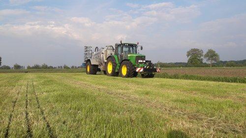 Foto van een John Deere 6620 aan het mest rijden met de nieuwe bemester. Geplaatst door jd 6620 op 19-05-2019 om 19:01:00, op TractorFan.nl - de nummer 1 tractor foto website.