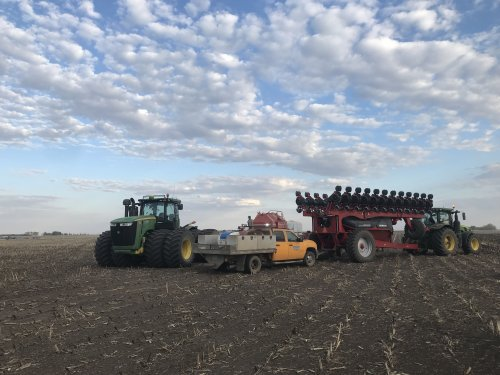 Foto van een John Deere 9510R, even m'n collega af tanken voordat ik naar de volgende klant ging. Geplaatst door catfan55 op 24-05-2019 om 17:15:30, met 3 reacties.