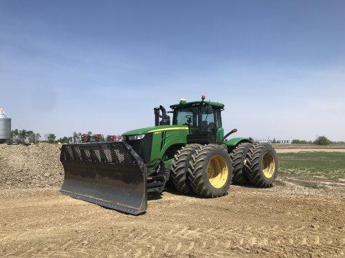 Foto van een John Deere 9360R, geen bulldozer nodig om de klei/grind vlak te drukken / te verdichten
