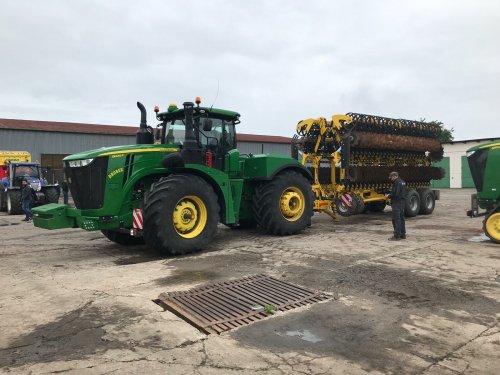 Foto van een John Deere 9420R. PM-Pro op bezoek bij Bednar in Tsjechië.. Geplaatst door StijnTheDeereDriver op 31-05-2019 om 09:30:48, op TractorFan.nl - de nummer 1 tractor foto website.
