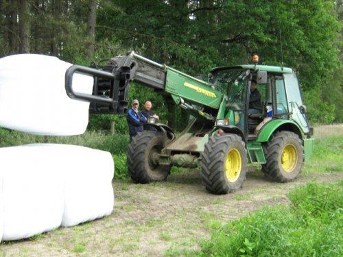 Foto van een John Deere 3400, bezig met balen wikkelen.. Geplaatst door case mx170 op 25-05-2008 om 00:30:56, met 2 reacties.