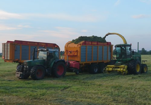 Foto van een John Deere 5830 van Niejoco uit Rhenen, naast de Fendt 714. Geplaatst door utwenters op 18-06-2019 om 22:59:18, op TractorFan.nl - de nummer 1 tractor foto website.