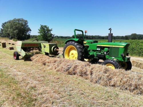 Foto van een John Deere 2120. Vandaag wezen persen, 250 stuks op een 0.70 hectare. Beter dan vorig jaar :)