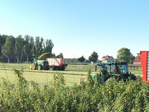 John Deere Hakselaar en John Deere 7530 premium aan het kuilen.. Geplaatst door Jochem Westerhof op 30-06-2019 om 13:44:27, op TractorFan.nl - de nummer 1 tractor foto website.