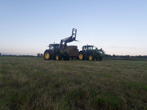 Foto van een John Deere 6210 en de nieuwe 6120m aan het hooi halen. Geplaatst door jd 6620 op 30-06-2019 om 17:01:34, op TractorFan.nl - de nummer 1 tractor foto website.